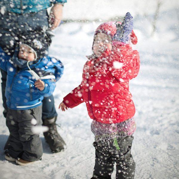 Kinder bei Schneefall hotel krone au