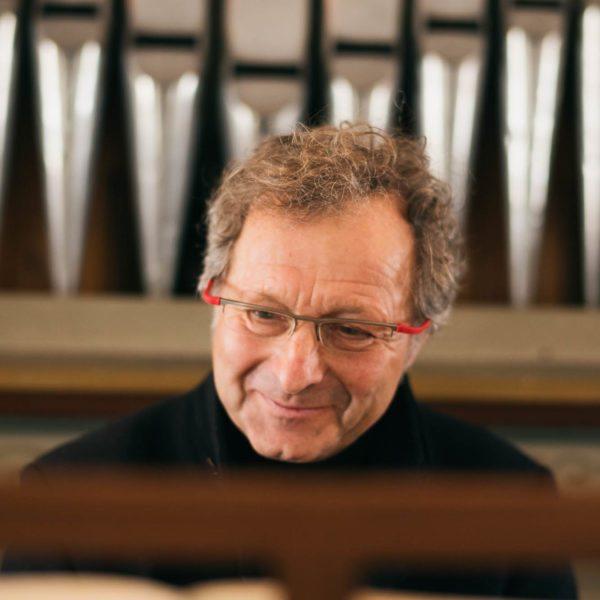 Organist Arnold Meusburger an der Orgel Krone Au