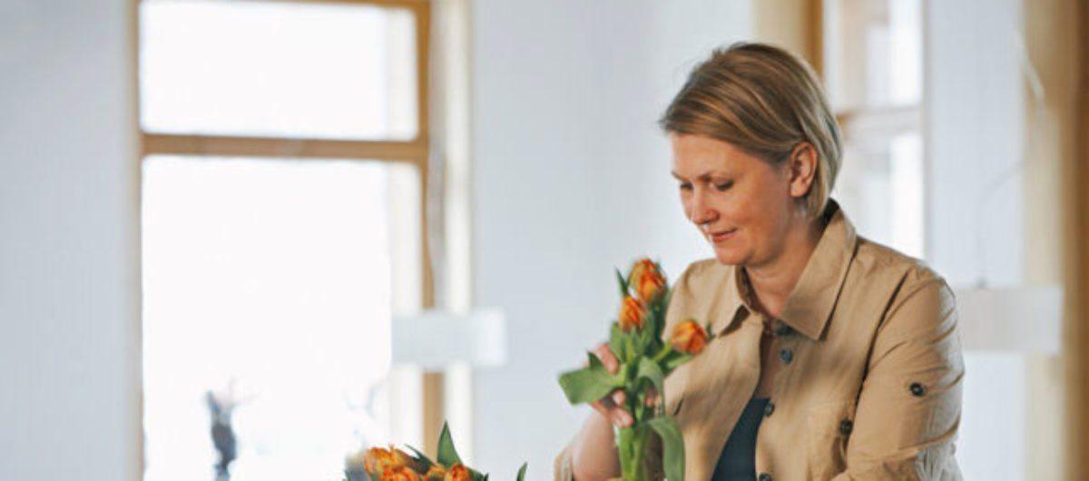 Birgit beim Blumendeko machen hotel krone au bregenzerwald